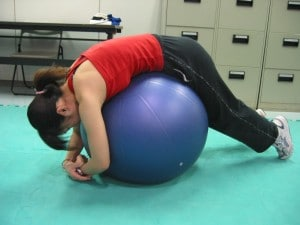 バランスボールを利用した腰部のストレッチ