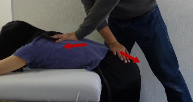 脊柱起立筋(下部)のパートナーストレッチ